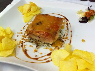 Cochinillo deshuesado con salsa de membrillo, mandarina y cebolla confitada
