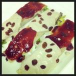 Crepe de requesón, espinacas y frutos secos con salsas de frambuesa y setas
