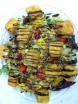 Ensalada De queso camembert y frutas con aceite de miel y frutos secos