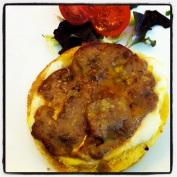 Gratinado de hígado de pato con queso fresco y cebolla confitada