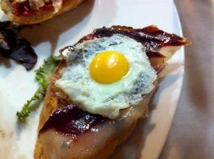 Montadito de magret de pato curado y huevo de codorniz