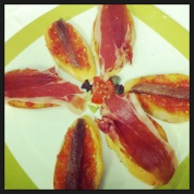 Montaditos de sardina y jamón con pan catalana