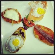 Montaditos de huevo con morcilla, salmón con huevo, sardina, y sobrasada con queso cabra