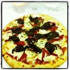 Pizza De morcilla de burgos con queso de cabra y pimientos del piquillo