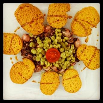 Salteado de puntillas con habitas fritas y ajos tiernos